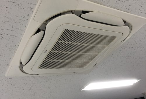 明和エンジニアリング株式会社様のエアコンクリーニングを実施
